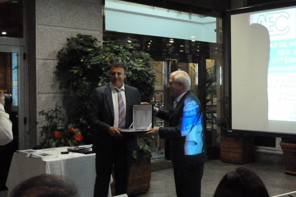 Vicent Villegas (izq.) recibe la Placa de Honor 2014 de la AEC